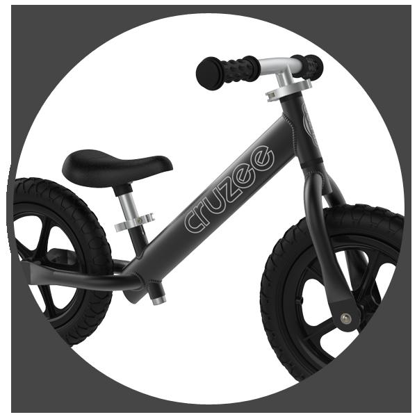 Rama oraz widelec rowerka biegowego Cruzee wykonana jest z niezwykle lekkiego, anodowanego aluminium. Takie rozwiązanie sprawia, iż rowerek jest najlżejszą biegówką dostępną na rynku, a sama konstrukcja ramy oraz wykorzystanie najwyższej klasy aluminium gwarantuje dużą wytrzymałość. Odpowiednio prowadzona rama w rowerku biegowym ułatwia również wsiadanie na niego oraz kontrolę podczas jazdy