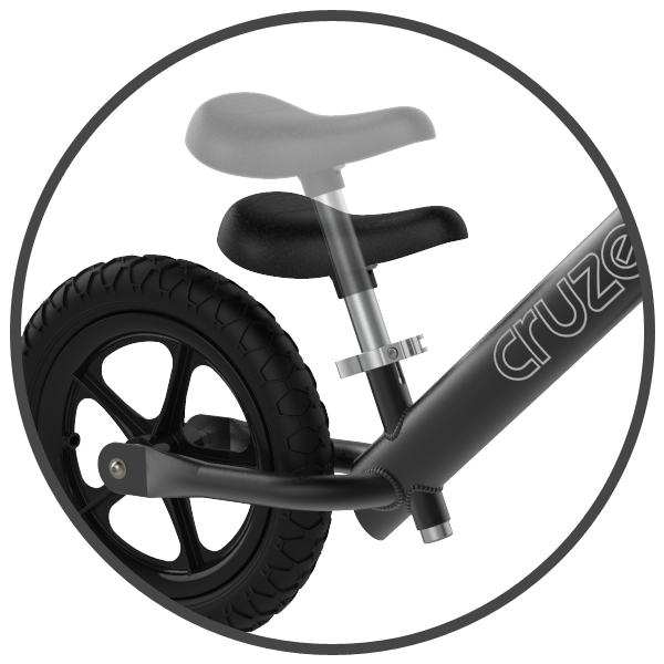 Kiedy dziecko podrośnie rowerek może okazać się za mały i wtedy trzeba się rozejrzeć za nowym modelem. Nic bardziej mylnego! Rowerek biegowy Cruzee w zestawie posiada dwie sztyce, krótszą – 10 cm oraz dłuższą 20 cm. Takie rozwiązanie umożliwia jazdę na biegówce Cruzee nawet do 5 roku życia. Wysokość siodełka jest płynnie regulowana.