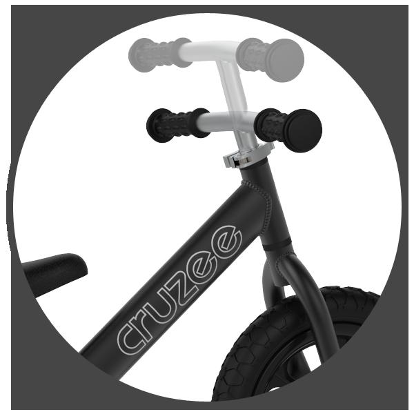 Chcąc dopasować rowerek biegowy Cruzee do warunków dziecka należy umieścić siodełko we na właściwej wysokości. Niezwykle przydatna również jest regulacja kierownicy, którą posiada niewiele rowerków. Ultralekka biegówka Cruzee Bike pozwala na płynną regulację kierownicy rowerka w zakresie od 50 do 60 cm. Takie rozwiązanie sprawi, iż jazda będzie znacznie bardziej wygodna i bezpieczna.