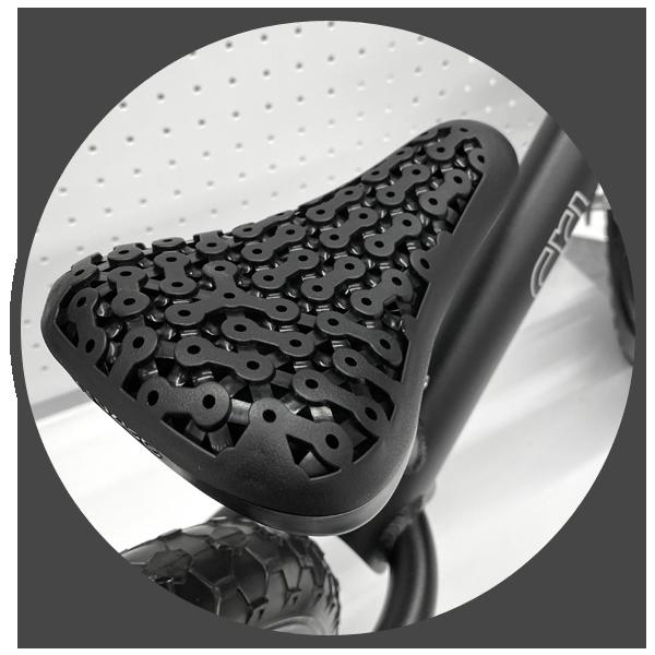 Komfort podczas jazdy jest niezwykle ważny. Zarówno na rowerze z pedałami jak i na rowerku biegowym. Najistotniejszy elementem mówiąc o wygodzie jest siodełko rowerka. W przypadku rowerka biegowego Cruzee jest ono wykonane z miękkiej pianki oraz posiada ergonomiczny kształt przystosowany dziecięcej anatomii.
