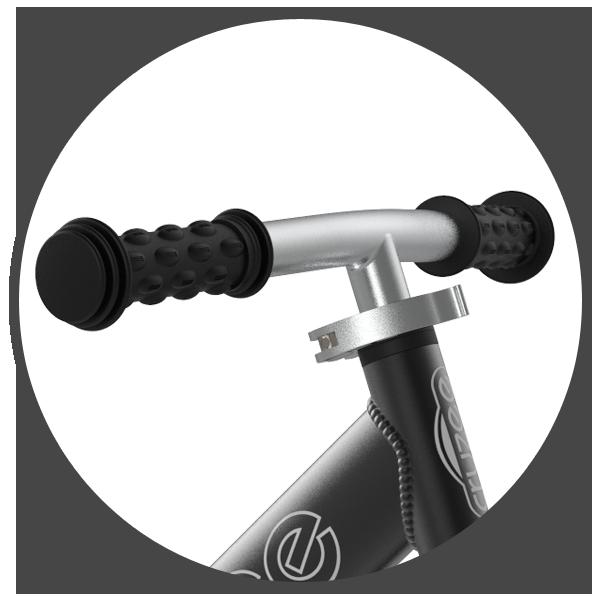 Kierownica rowerka biegowego Cruzee zakończona jest gumowymi uchwytami. Są one odpowiednio wyprofilowane, aby idealnie dopasować się do dziecięcych dłoni oraz zapewnić pewny chwyt. Poszerzenia na końcach rączek w rowerku biegowym Cruzee zapobiegają ześlizgiwaniu się podczas jazdy, a także chronią podczas bocznego upadku.