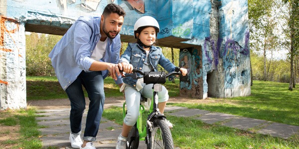 Początki dziecka na rowerze z pedałkami