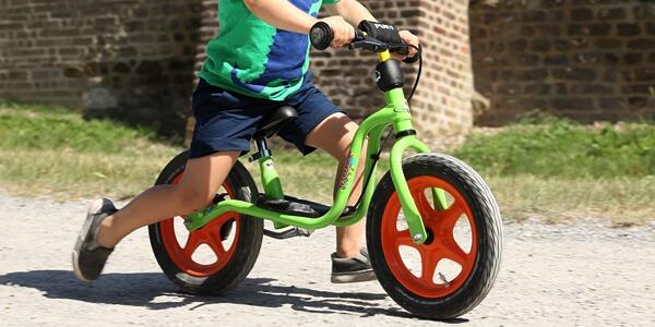 Rowerek biegowy z pompowanymi czy piankowymi kołami?