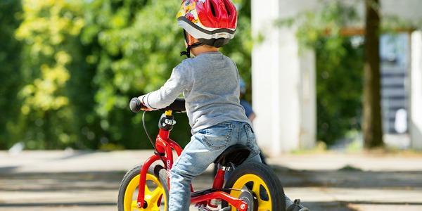Rowerek biegowy z hamulcem czy bez?